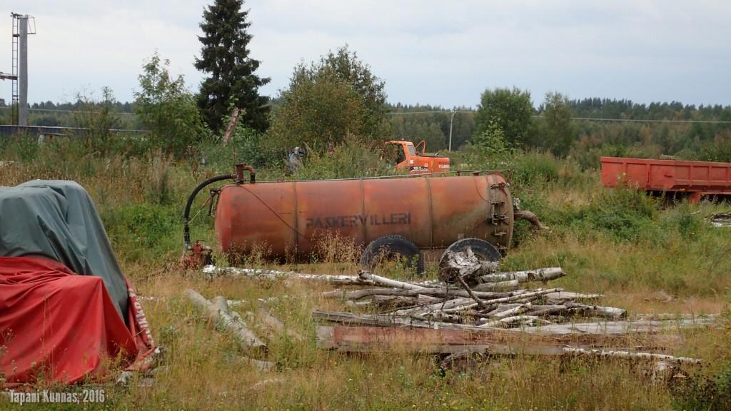 Oivallisesti nimetty tuote. Paskervillerit ovat lietelannan kuljetukseen ja levitykseen tarkoitettuja säiliöperävaunuja.