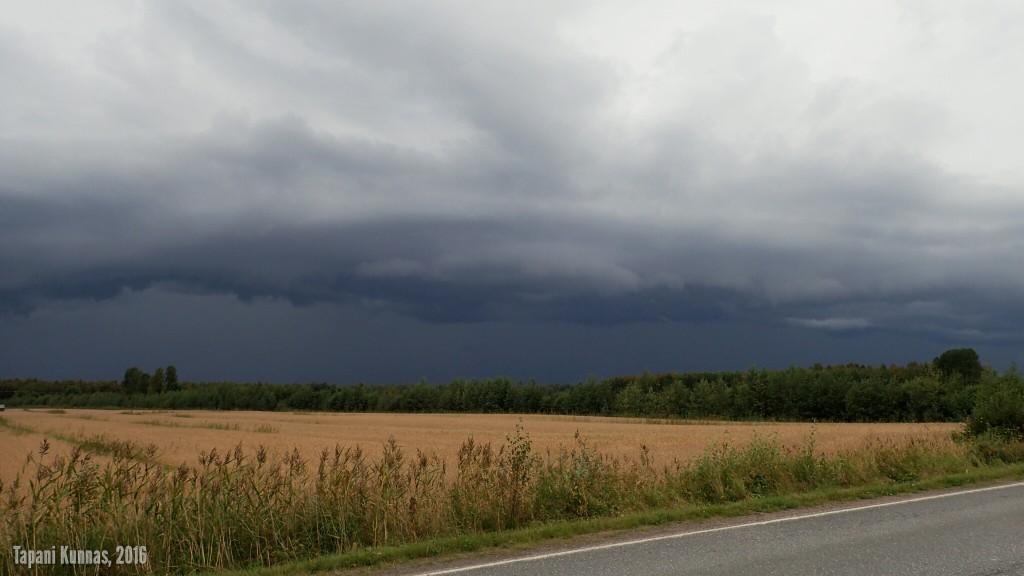 Pilvet kasvavat korkeutta nopeasti. Kun pilvimassan etureunaan alkaa muodostua vyörypilven esiastetta muistuttavia muotoja tuulen samalla voimistuessa, alan kiirehtiä päästäkseni ajoissa suojaan. Retken jälkeen sain tietää, että jonkinlaisesta vyörypilvestä tehtiinkin Oulussa havaintoja.
