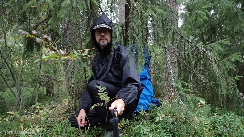 Löydän tiheästä metsästä suojaisen paikan, johon käyn odottamaan rajuilmaa.