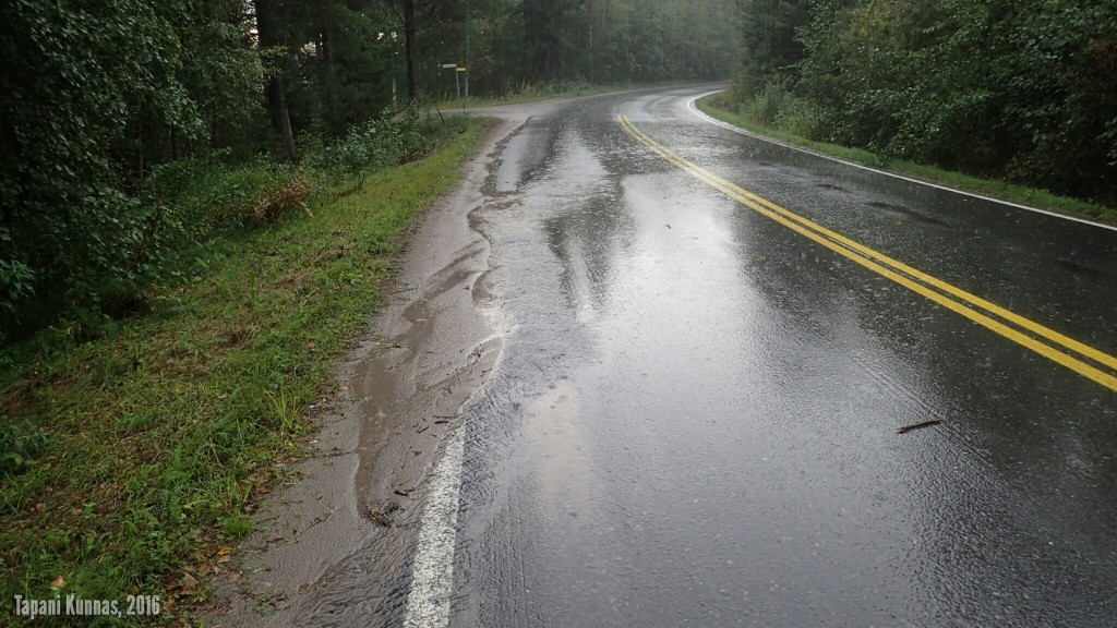 Eipä sitä rajuilmaa tullutkaan. Voimakkaimman sateen mentyä ohi jatkan matkaa.