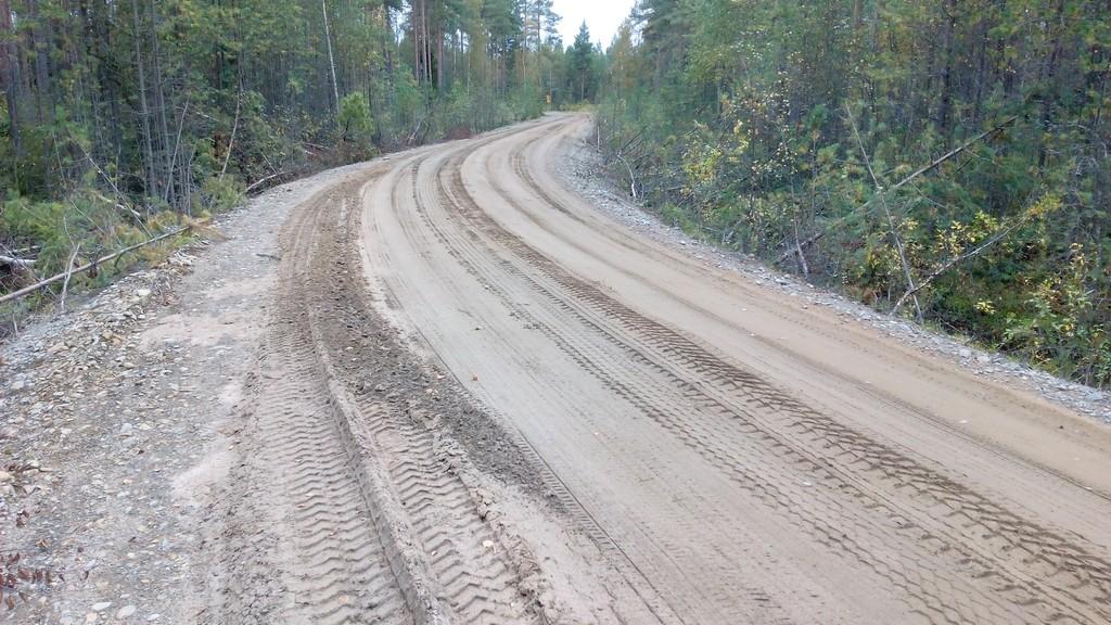 Pehmeällä hiekalla kunnostettu tie. Tuosta hiekasta voi olla kevään kelirikkoaikana vielä paljon harmia.