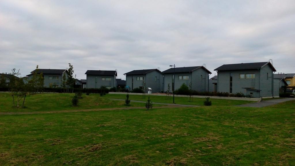 Ritaharjun taloja. Toinen toistaan samannäköisempiä.