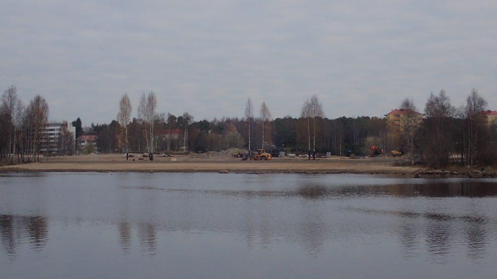 Kuusisaaren rantaa rakennetaan uusiksi. Matala vesi helpottanee vesirajassa tehtäviä töitä.