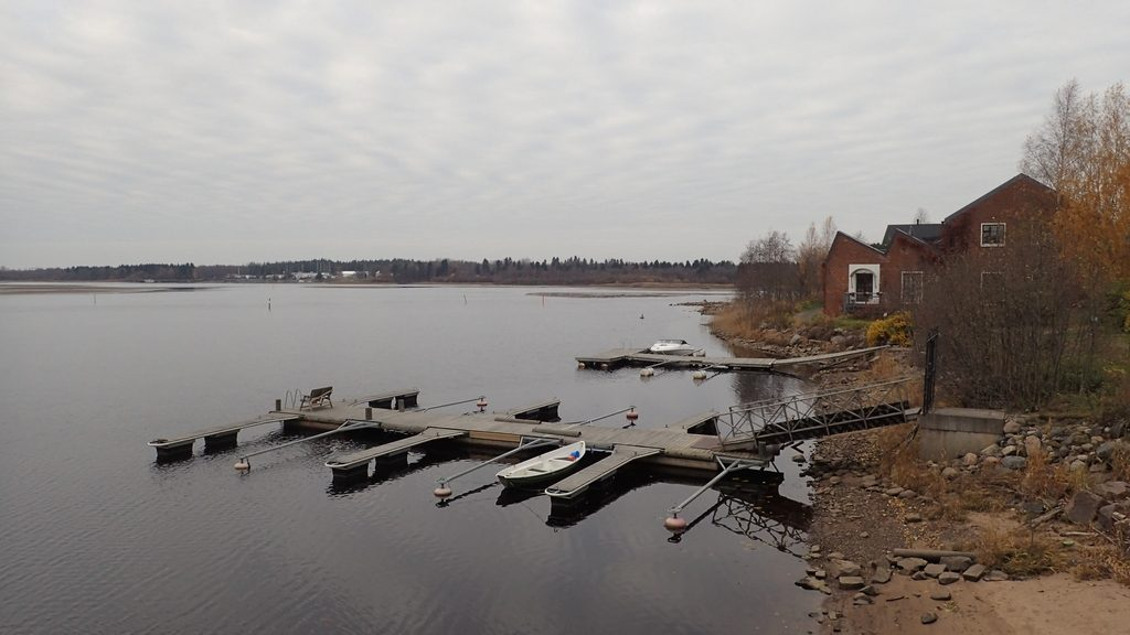 Meriveden korkeus voi Oulussa olla mitä tahansa -120 ja +170 cm väliltä. Näissä olosuhteissa on hyvä, jos laituri on rakennettu kelluvaksi.