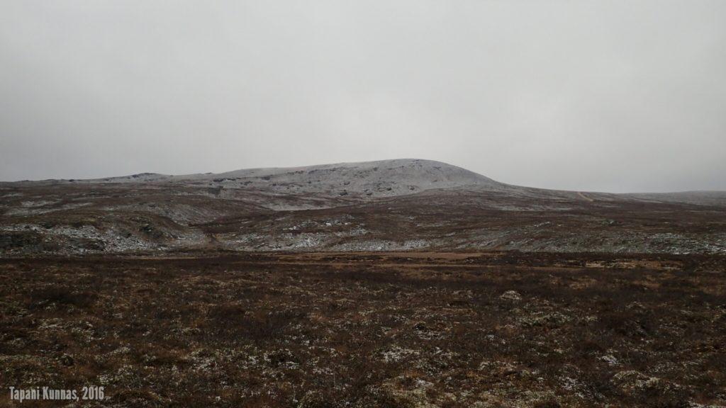 Jatkan matkaa Snoikanjohkan itäpuolitse pohjoista kohti. Kun katson taakseni, näkyy Láŋká kokonaan; pilvet ovat nousseet hetkeksi korkeammalle.