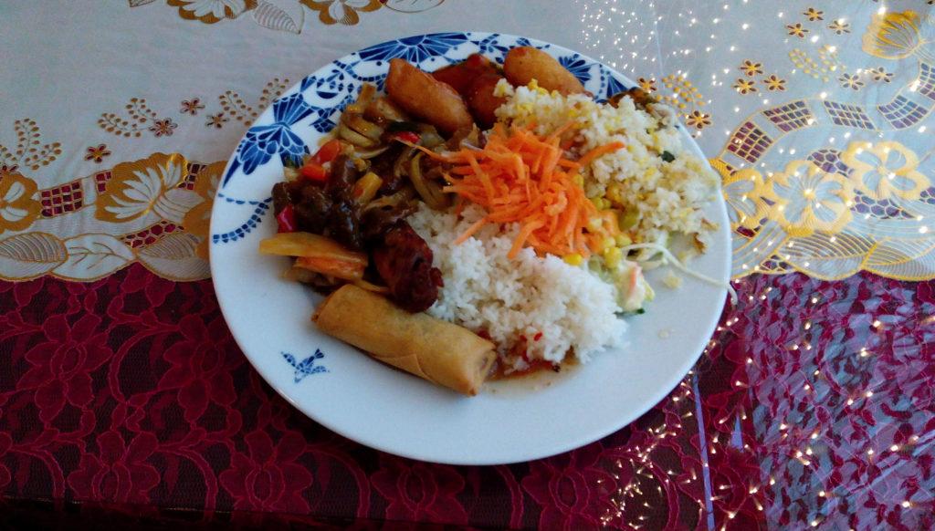 Lounas. Oulunsalon Kapteenissa olevaa kiinalaista ravintolaa voin suositella.