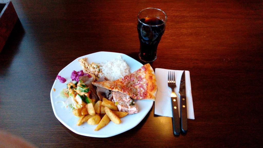 Lounas tällä kertaa Oulunlahden Tokmannin yhteydessä toimivassa La Festa 2 -ravintolassa. Annos näyttää maltilliselta, mutta söinkin näitä kaksi. Buffet-pöydästä syötäessä ei tarvitse eikä kannata heti mättää lautasta täyteen.