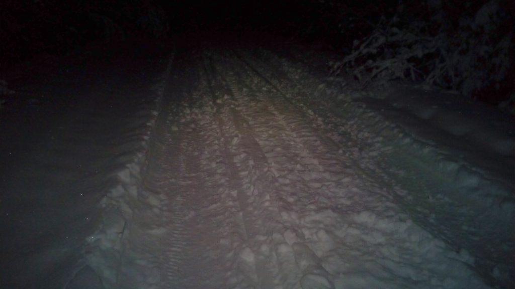 Auraamaton, ajoneuvojen polkema lumipeite tiellä ei ole kaikken mukavin kävelyalusta, mutta ei tässä lumikenkiäkään tarvita. Sukset olisivat paras valinta.
