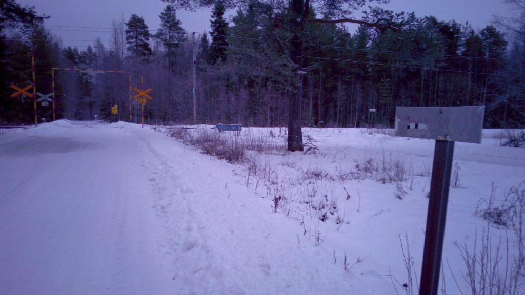 Vanha kilometripylväs yleisen tien päättymiskohdassa.
