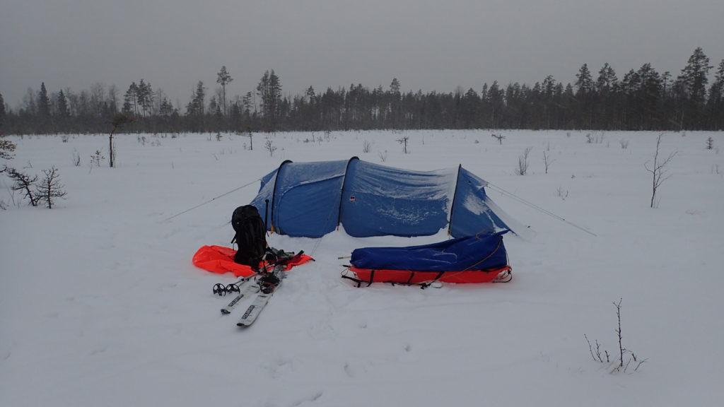 Puutteellisesti kiristetty teltta on päässyt yön aikana notkahtamaan.