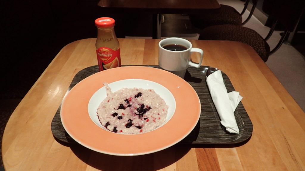 Aamupuuro, tuoremehu ja kahvi.