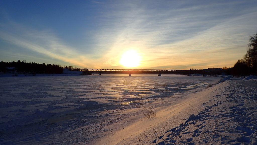 Kemijoki ja keskipäivän aurinko.