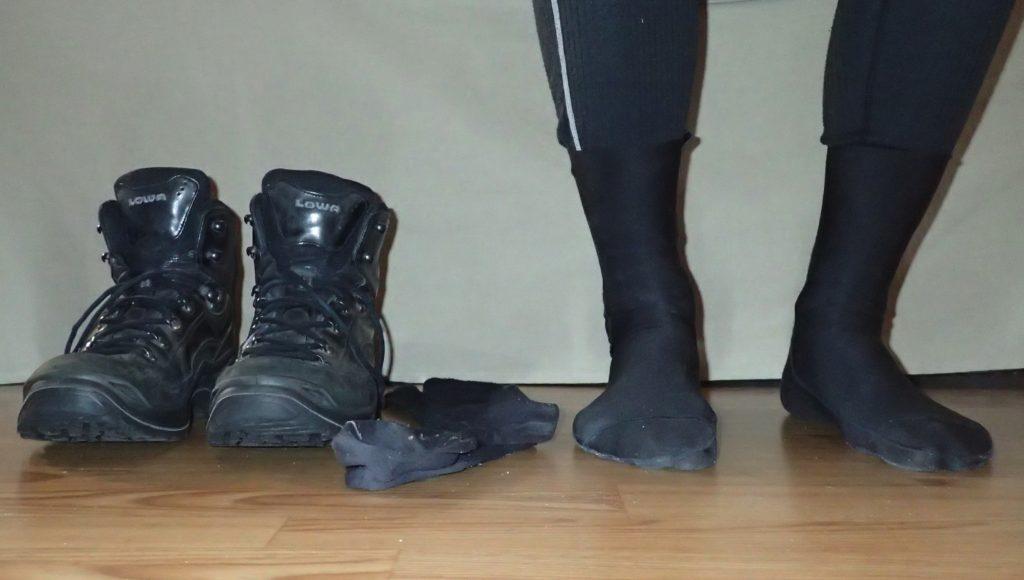 Luottokumppanini pitkillä kävelyretkillä: hyvin sisään ajetut vaelluskengät, merinovillasukat ja alimmaisena kerroksena ArmaSkin -sukat.