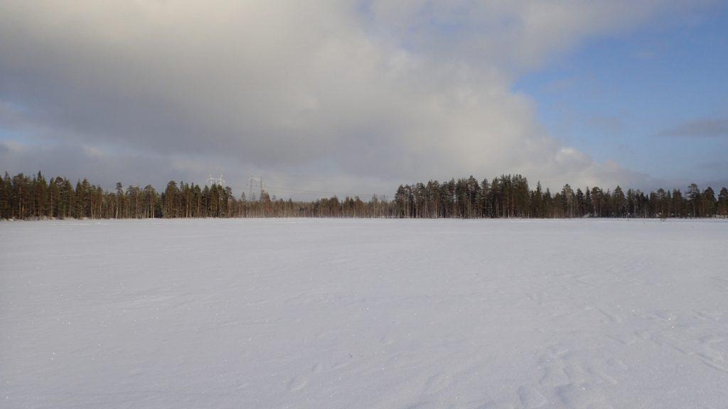 Tasaista, ihmisen koskematonta lumihankea pitkin on kiva hiihtää.